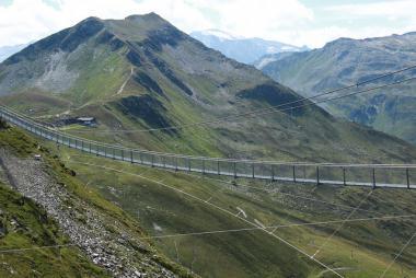 Pohled na visutý most v létě